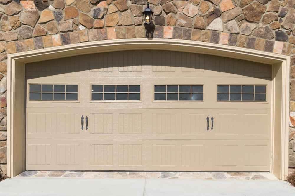 Uchylna brama garażowa z automatycznym napędem