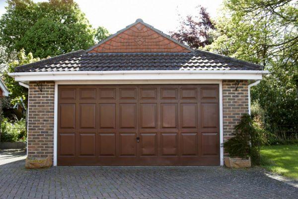 Bramy garażowe z drzwiami – czy warto?