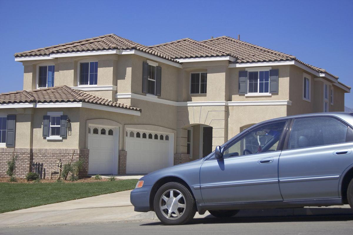 Podjazd - brama do garażu i auto